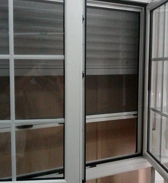 Ventana 2 hojas con apertura oscilobatiente. Persianas aluminio.Mosquitera enrollable. Doble acristalamiento y palilleria.